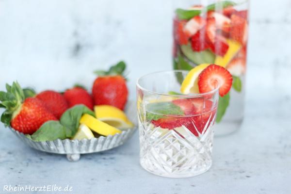 Detox Water Erdbeer Basilikum _Rheinherztelbe