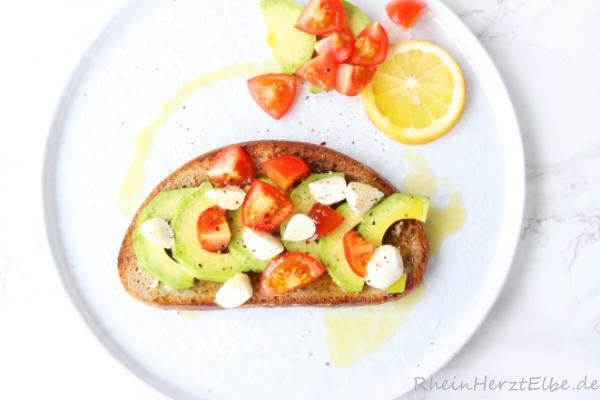 geröstetes Avocado-Brot mit Tomaten_Rheinherztelbe_1