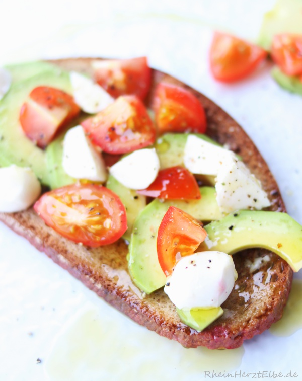 geröstetes Avocado-Brot mit Tomaten_Rheinherztelbe_2