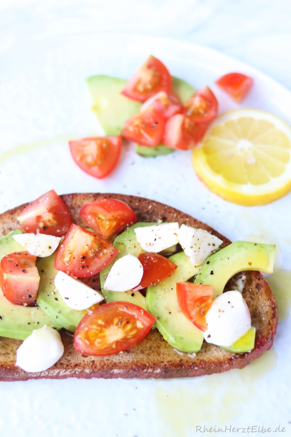 geröstetes Avocado-Brot mit Tomaten_Rheinherztelbe_3
