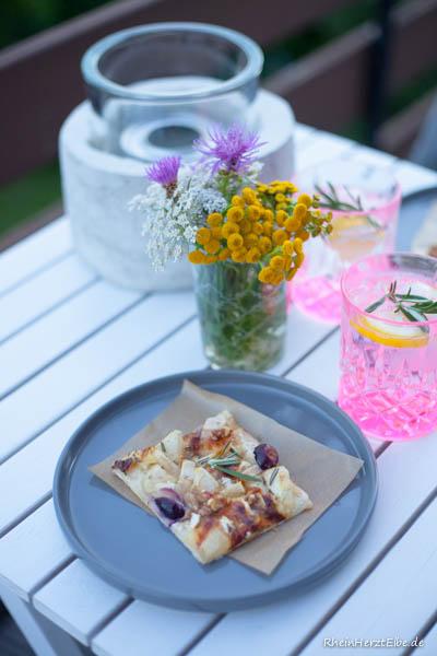 Flammkuchen mit Camembert Birne und Trauben