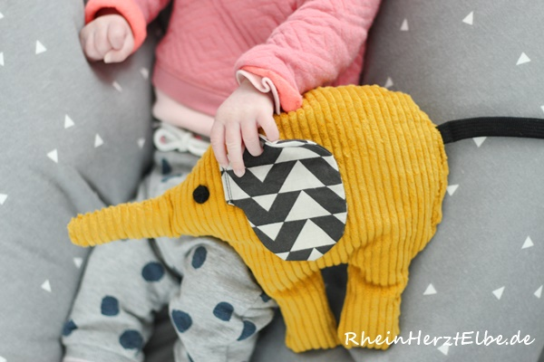 "Buchtipp ""Baby Geschenke nähen"" | Die kleine Löwin meets den Rassel-Elefanten"