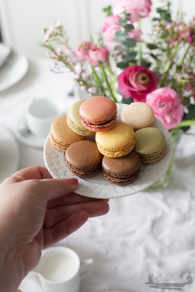 Rheinherztelbe Festlich gedeckter Tisch zum Osterfest | Naked Cake mit Vanille - Mascarpone - Füllung