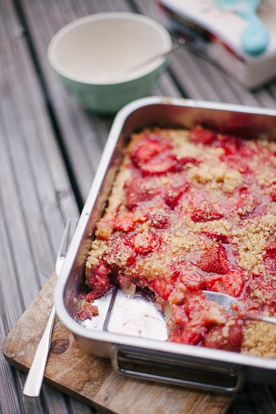 Rheinherztelbe Sommergenuss mit Früchten | Clafoutis mit Erdbeeren und Zimtstreuseln